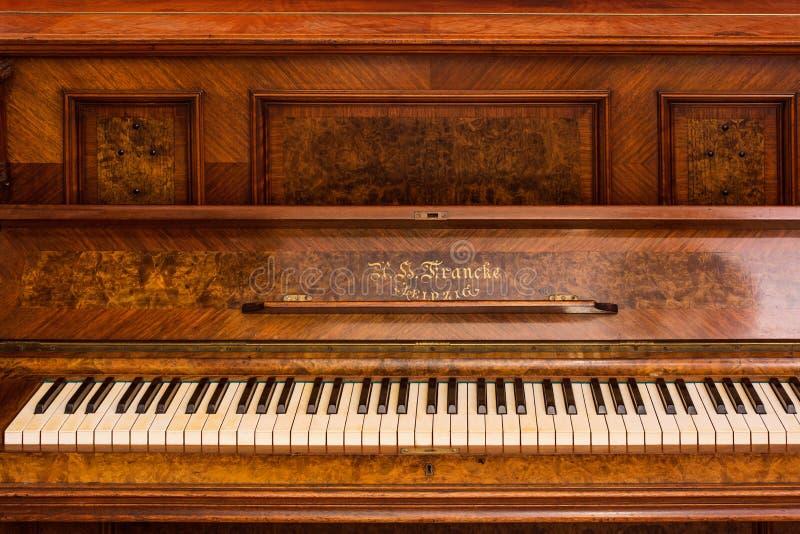 一架老德国钢琴的钢琴钥匙 免版税库存照片
