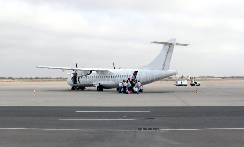 一架跑道的飞机和乘客 库存照片
