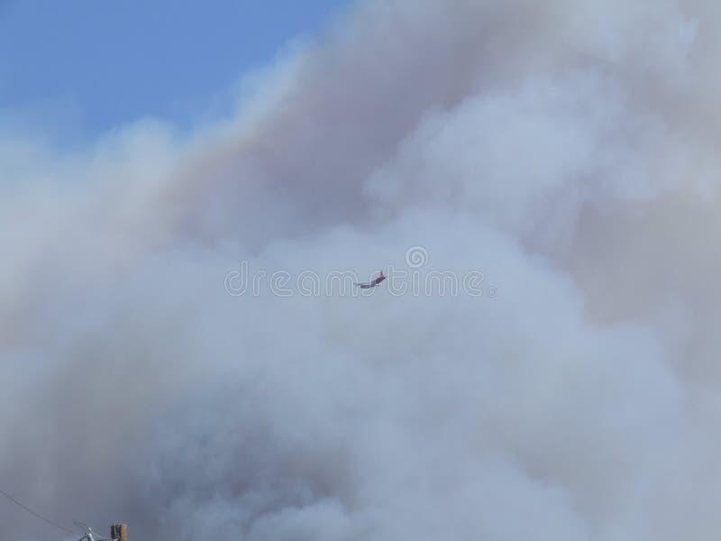 一架飞机在烟 库存照片