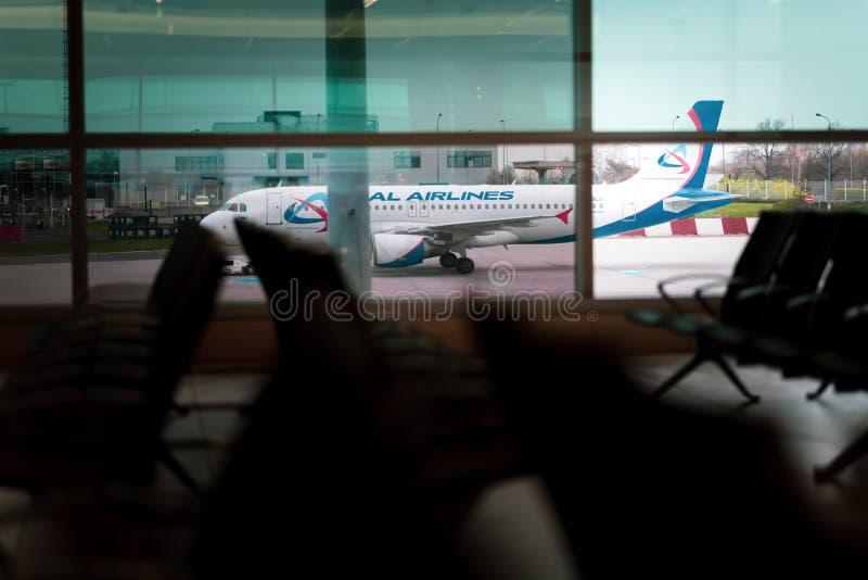 一架飞机在背景中布拉格国际机场乘出租车 免版税库存照片