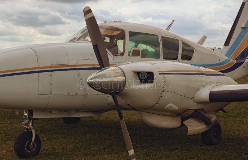 一架飞机的特写镜头视图有两个引擎的在一阴天 一个小私有机场在日托米尔州,乌克兰 免版税库存照片