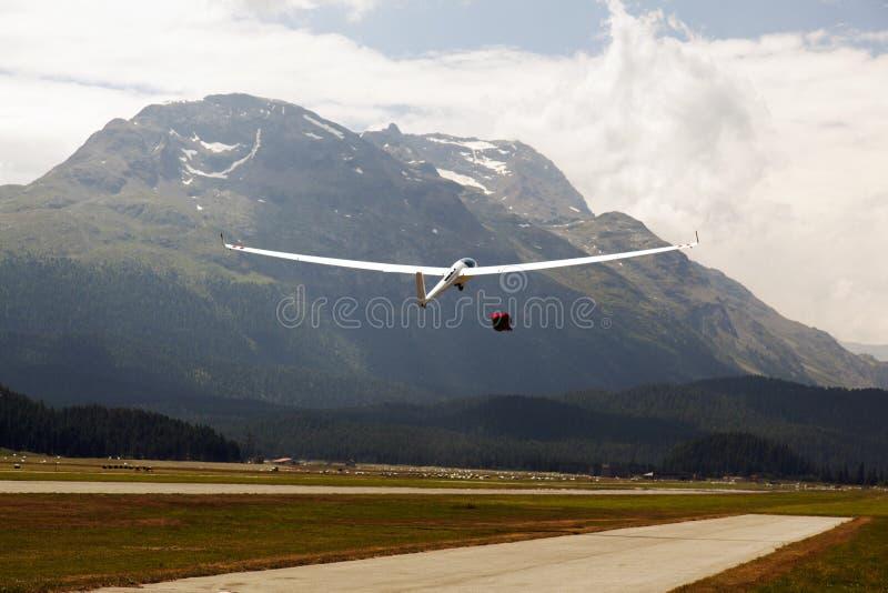 一架飞行滑翔机的看法在圣盛生机场在阿尔卑斯瑞士 库存照片