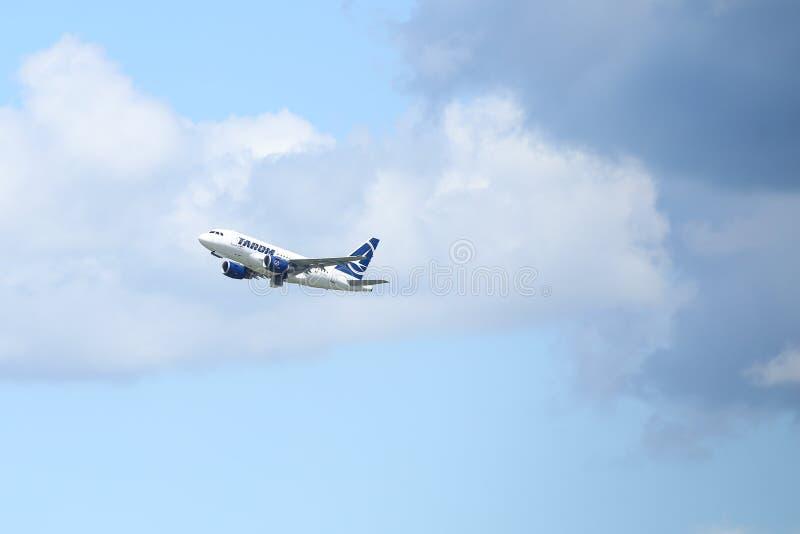 一架TAROM商用飞机正从亨利科安达国际机场起飞 免版税库存照片
