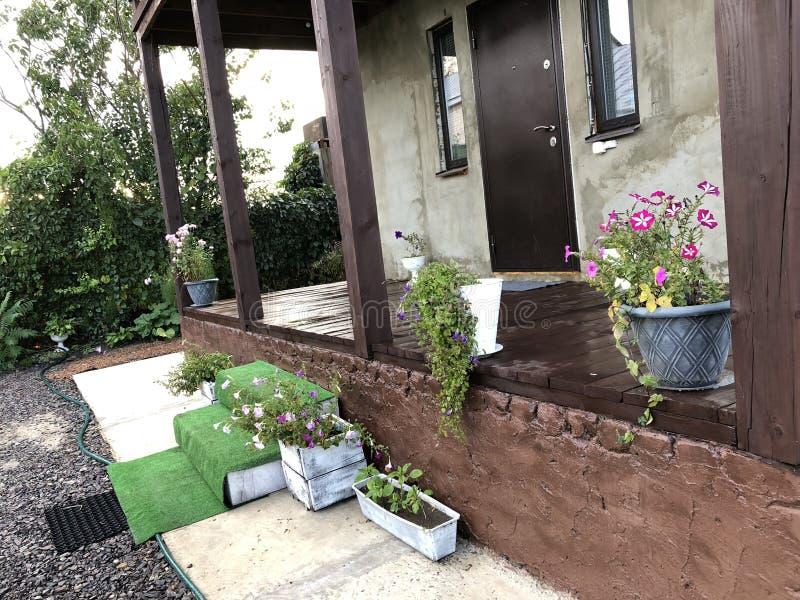 一栋乡间别墅在夏天,村庄,庭院的门面 图库摄影