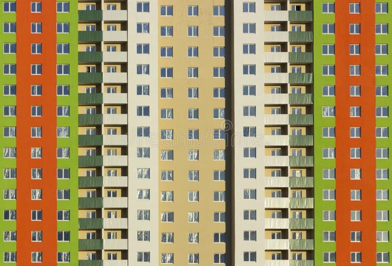 一栋典型的块多层的居民住房的门面 正面图关闭 库存图片