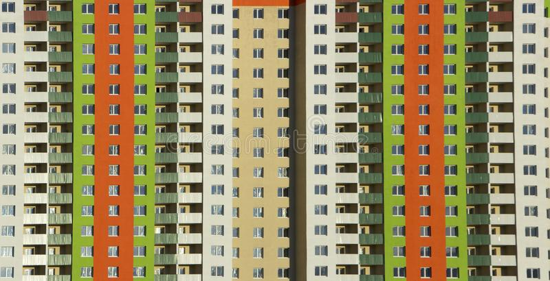 一栋典型的块多层的居民住房的门面 正面图关闭 免版税库存图片
