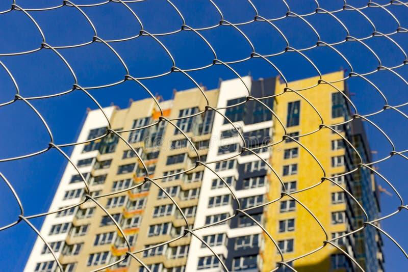 一栋典型的块多层的居民住房的门面 正面图关闭 免版税图库摄影