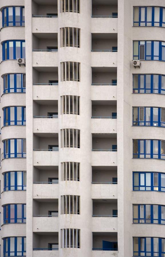 一栋典型的块多层的居民住房的门面 正面图关闭 免版税库存照片