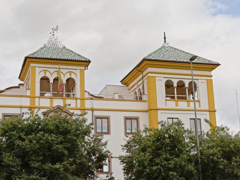 一栋典型的科多巴别墅的细节与owers的与曲拱 免版税图库摄影