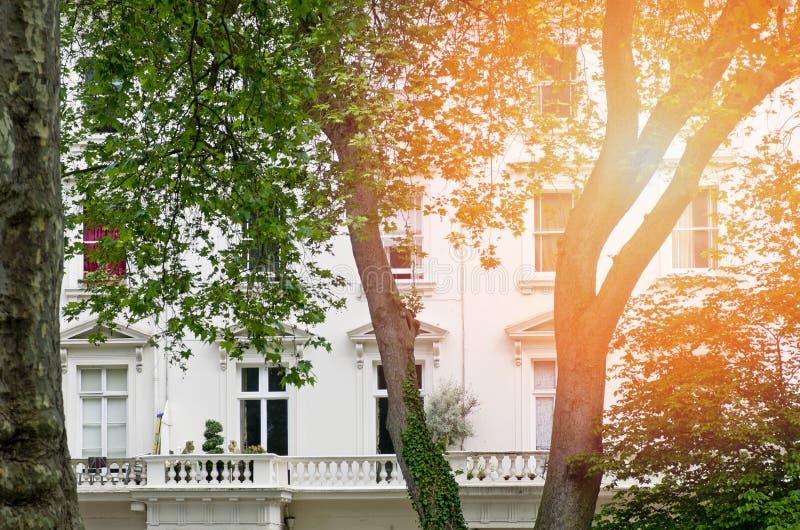 一栋典型的维多利亚女王时代的居民住房在伦敦 库存照片