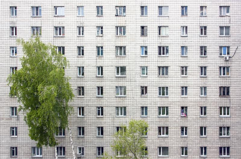 一栋多层的居民住房的门面 许多窗口 图库摄影