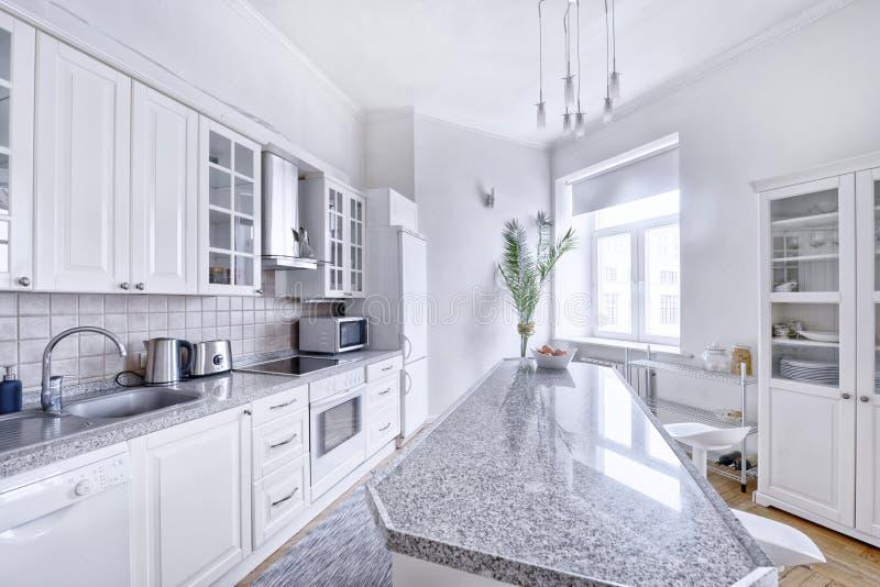 一栋宽敞公寓的现代设计白色厨房 免版税库存图片