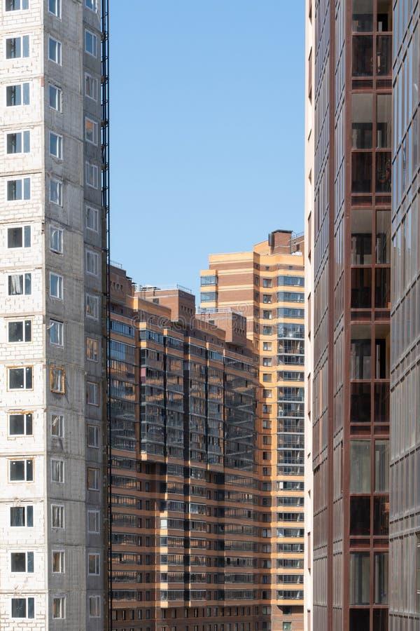 一栋新的多层的居民住房的门面 现代城市的建筑学 免版税库存图片