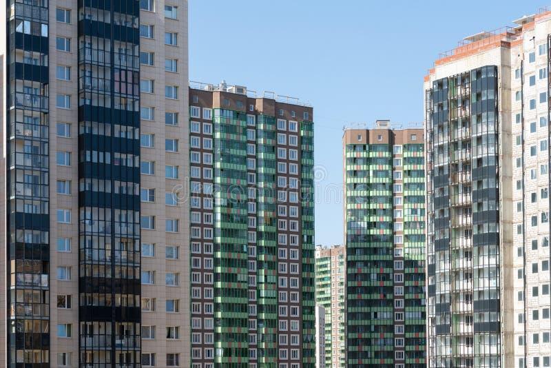 一栋新的多层的居民住房的门面 现代城市的建筑学 免版税图库摄影