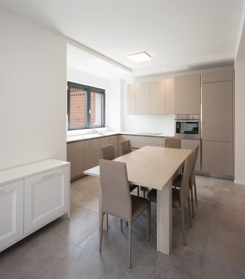 一栋现代公寓的最小的厨房 免版税库存图片