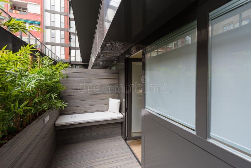 一栋现代旅馆公寓的阳台 图库摄影