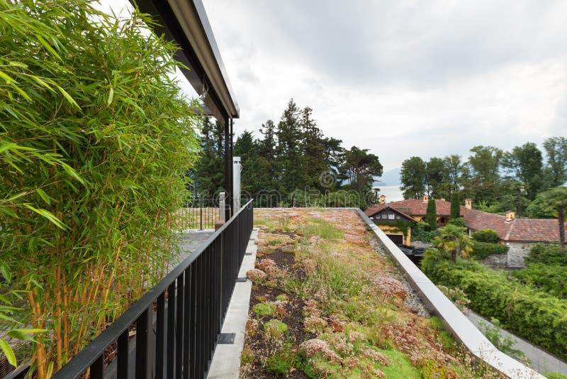 一栋现代公寓的屋顶大阳台 免版税库存图片