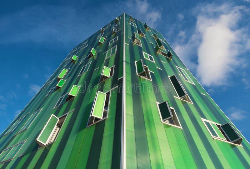 一栋绿色现代居民住房的门面的细节在Vallecas区,在马德里,西班牙 免版税图库摄影