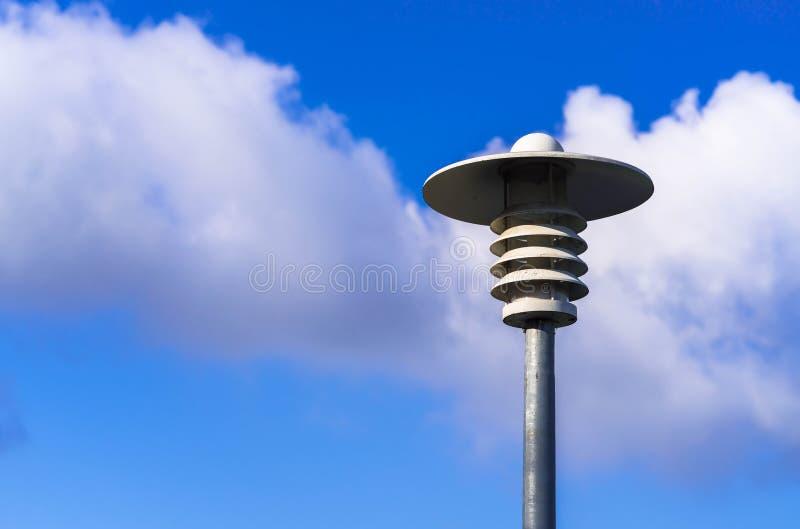 一根现代路灯柱在反对蓝天的一个公共场所 免版税库存图片