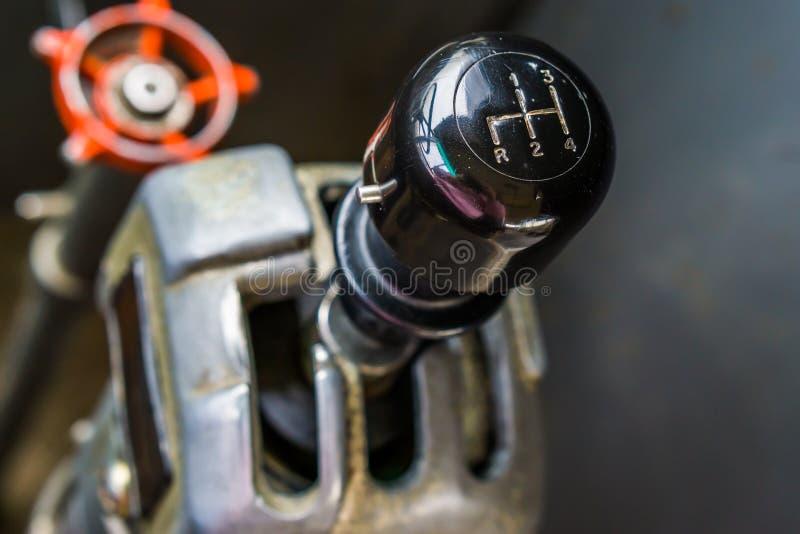一根老葡萄酒使换中档棍子的特写镜头,一辆减速火箭的公共汽车的内部 免版税图库摄影
