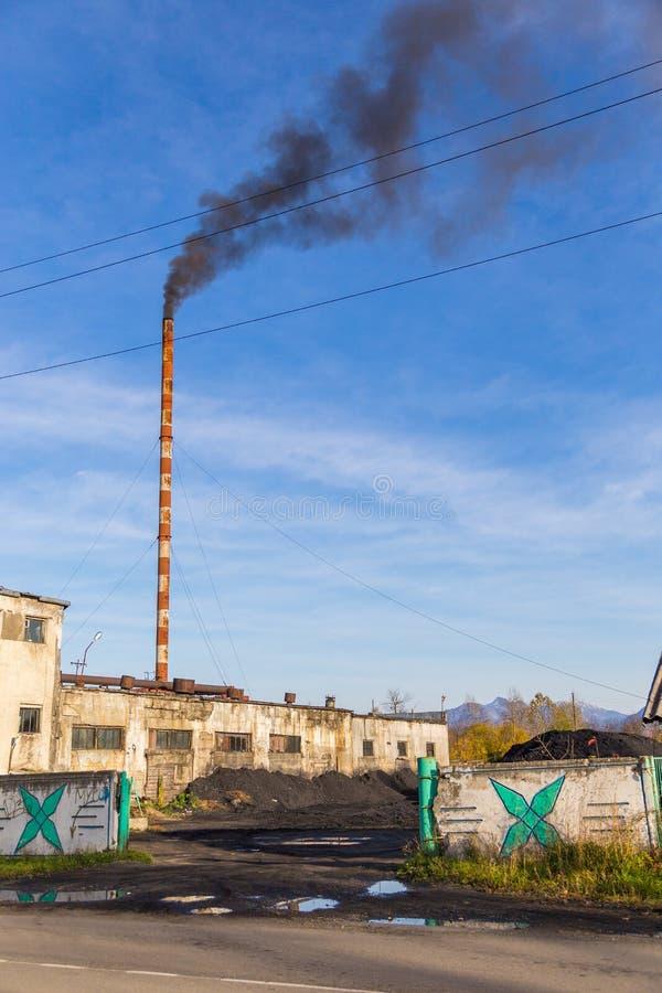 一棵结合热能和动能植物的大厦的看法在Milkovo,堪察加,半岛,俄罗斯 免版税库存照片