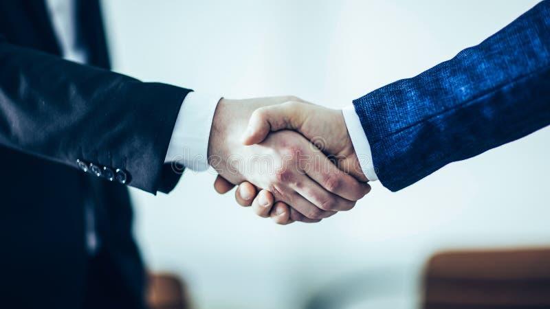 一次可靠的合作的概念:企业同水准握手  库存照片