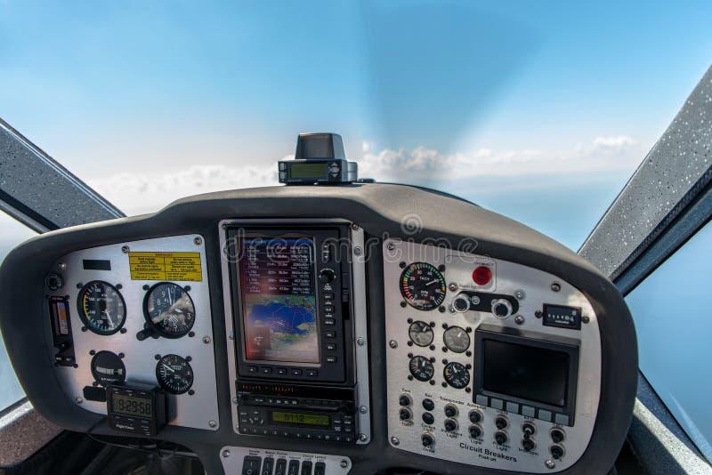 一次小航空器飞行的驾驶舱在七千英尺的与在一部分的选择聚焦的控制板 免版税图库摄影