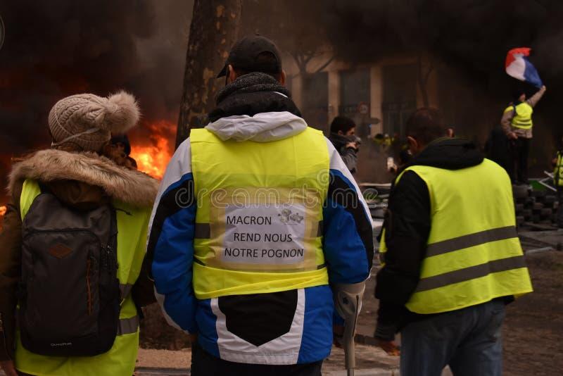 一次示范的三个法国黄色背心抗议者在巴黎 库存图片