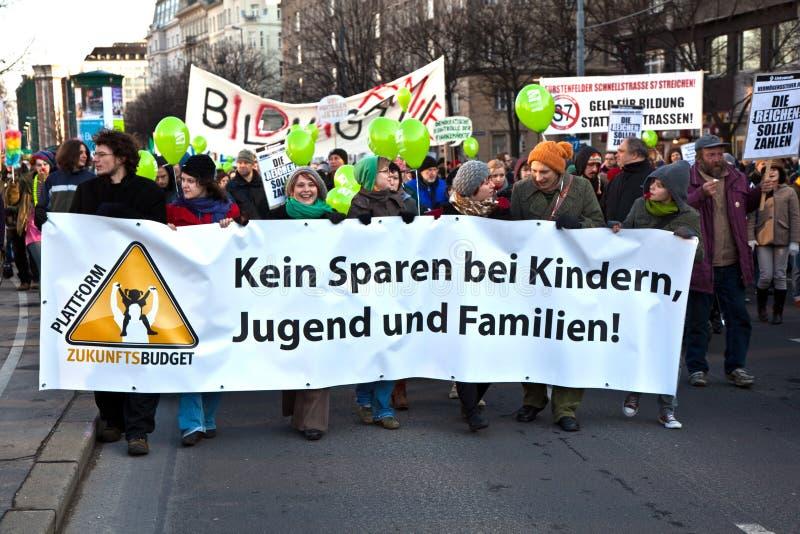 一次示范的抗议者反对社会spenditures切口在维也纳 免版税库存图片