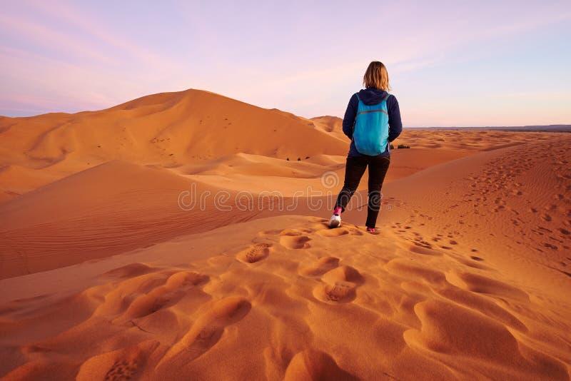 一次远足的旅游背包徒步旅行者女孩在撒哈拉大沙漠 库存图片