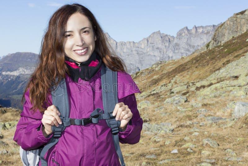 一次远足的旅行的少妇在山的秋天 库存照片