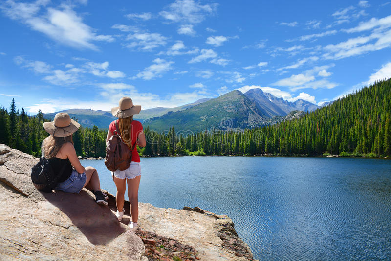 一次远足的旅行的朋友在山 免版税图库摄影