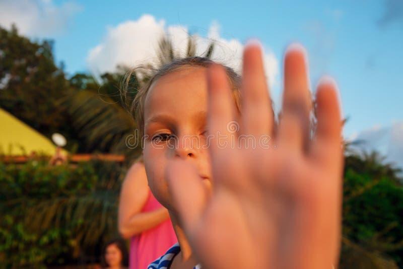 一点一个五岁的孩子的棕榈 图库摄影