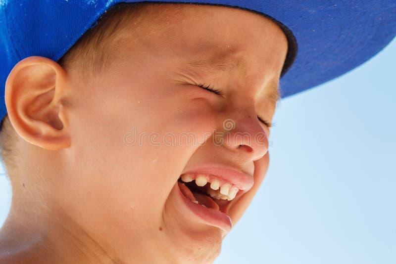一点一蓝色焰晕哭泣的五岁的男孩 免版税图库摄影