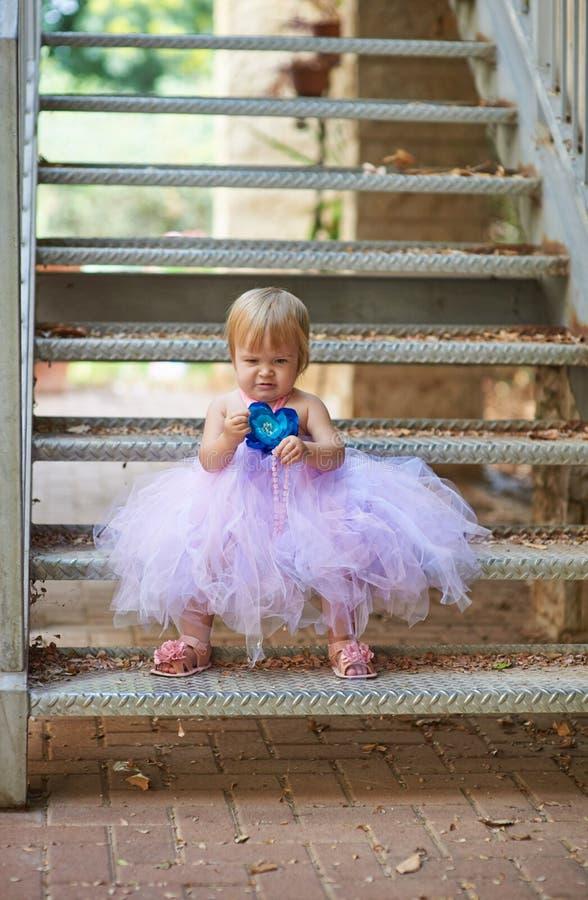 一点俏丽的女孩坐台阶 库存照片