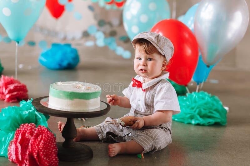 一点吃在他的第一个生日cakesmash党的男婴蛋糕 库存照片