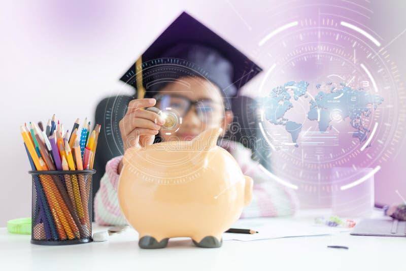 一点在将来放硬币的亚裔女孩入存钱罐和微笑充满幸福节约金钱的对wealthness  图库摄影