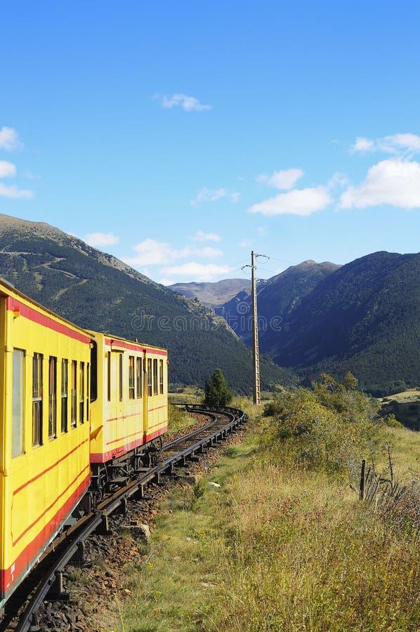 一点在比利牛斯山的黄色火车,法国 免版税库存图片
