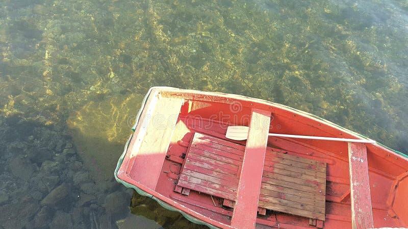 一点在海的小船 免版税图库摄影