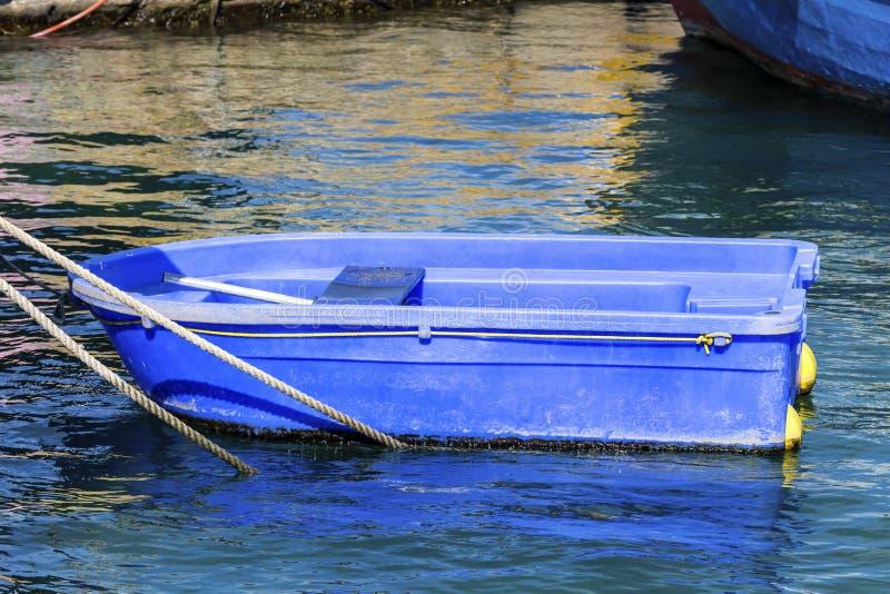 一点在码头的蓝色小船 免版税库存图片