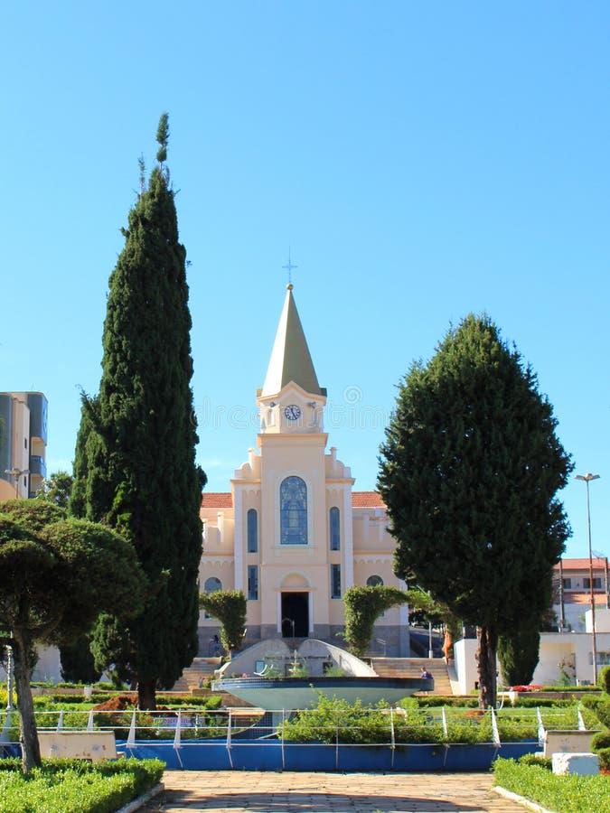 一点城市的教会在巴西, Monte Siao MG 免版税库存图片