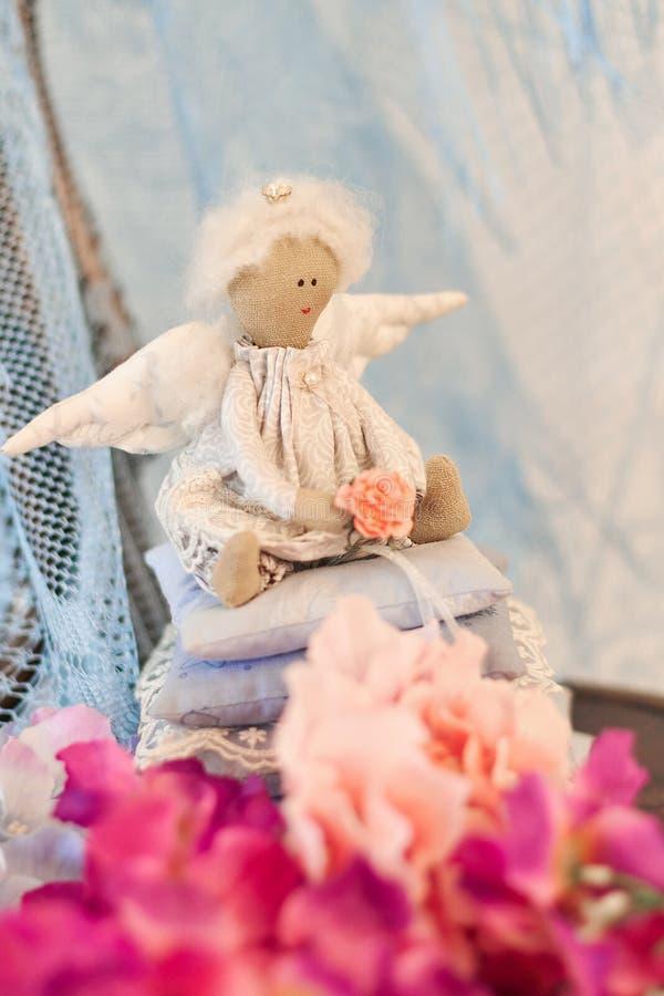 一点天使玩偶坐枕头 日s华伦泰 儿童手工制造` s的玩具 免版税库存图片