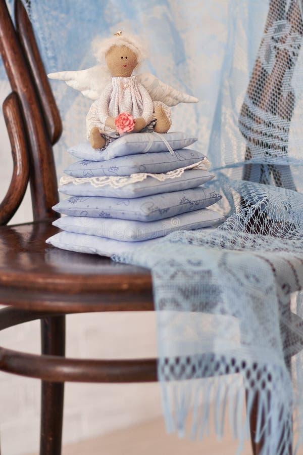 一点天使玩偶坐枕头 日s华伦泰 儿童手工制造` s的玩具 免版税图库摄影