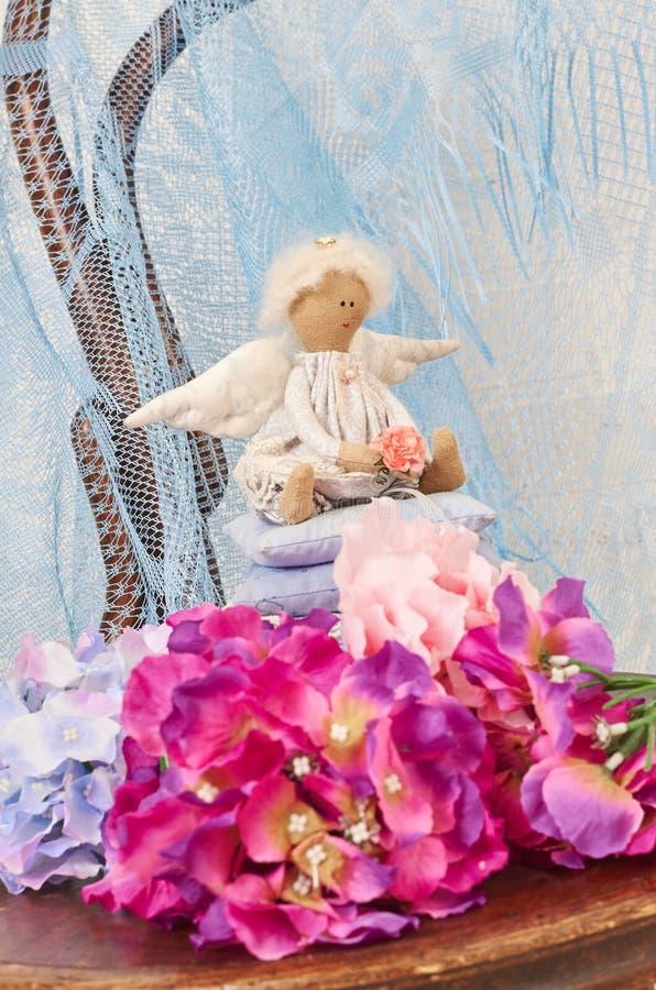 一点天使玩偶坐枕头 日s华伦泰 儿童手工制造` s的玩具 库存照片
