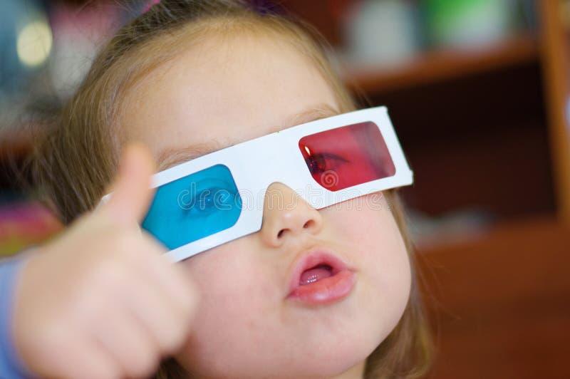 一点女婴显示超级在3D彩色立体图立体声图象系统的戏院玻璃与极化 3D与红色和bl的风镜 免版税库存图片