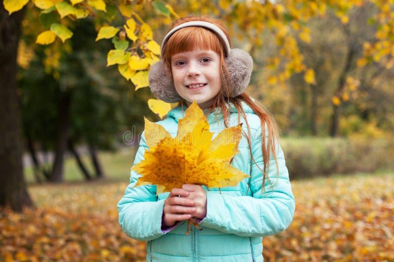 一点姜女孩在秋天公园 免版税库存图片