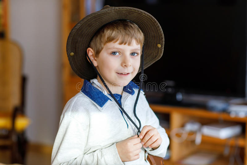 一点学校孩子男孩佩带的牛仔帽画象  免版税库存照片