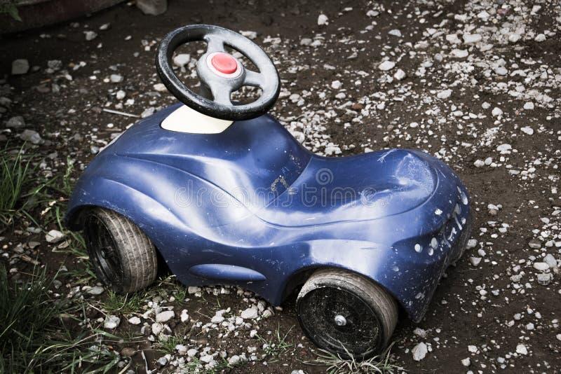 一点孩子的蓝色儿童车 库存照片
