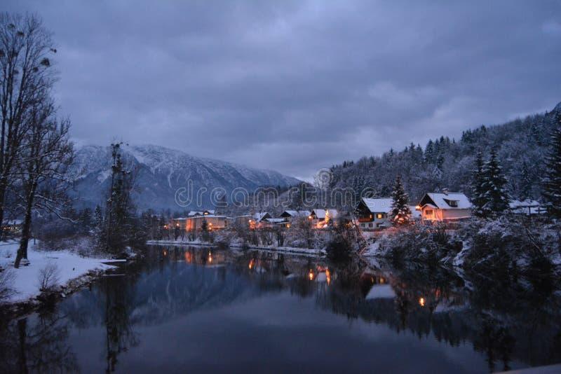 一点安置用雪和圣诞灯盖 河视图 做的照片2012年8月9日 库存照片