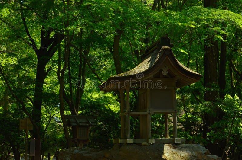 一点寺庙在森林,京都日本 库存照片